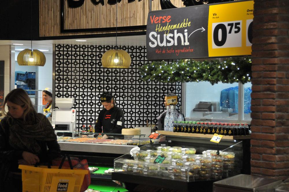 Consumeren in Foodmarkt Breda. foto: Merten Nefs
